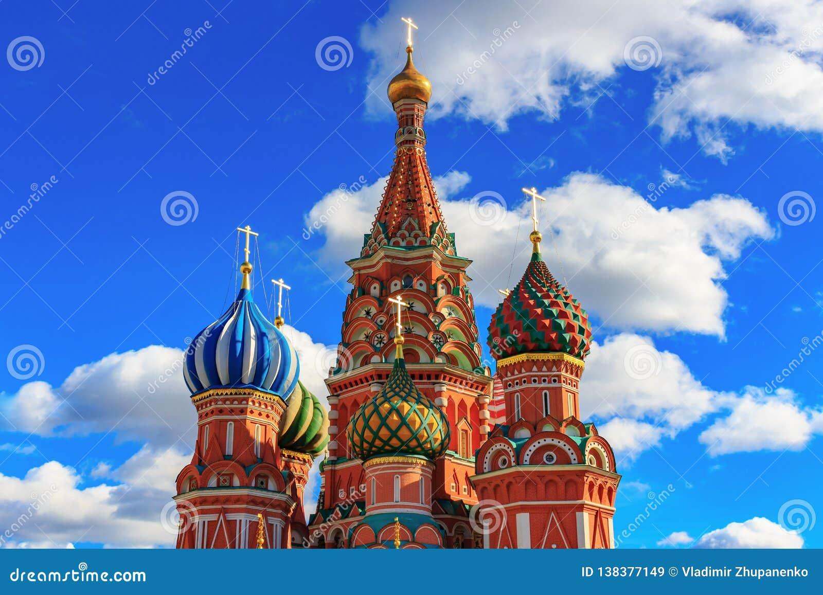 莫斯科,俄罗斯- 2018年9月30日:圣天空蔚蓝背景的蓬蒿的大教堂圆顶与白色云彩的
