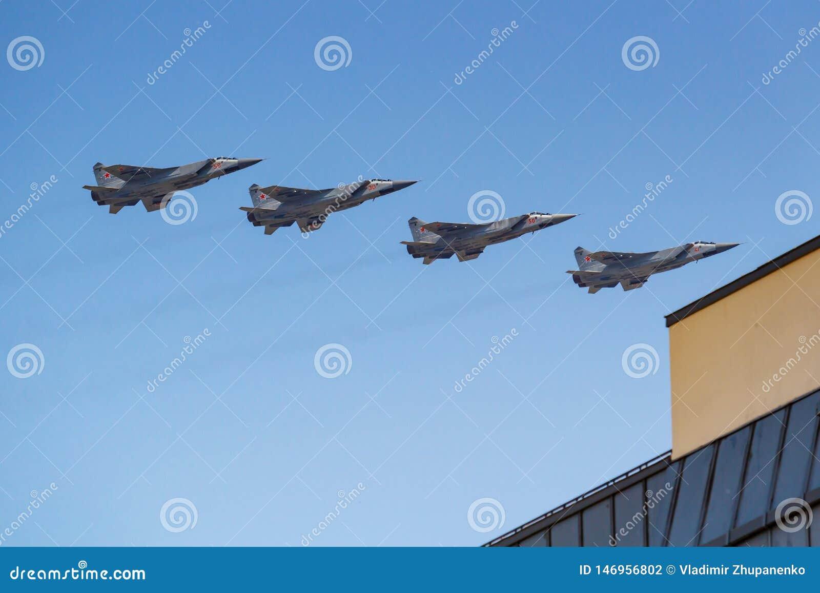 莫斯科,俄罗斯- 2019年5月07日:在天空蔚蓝的超音速高空全天候远程拦截机战斗机米格-31在红色