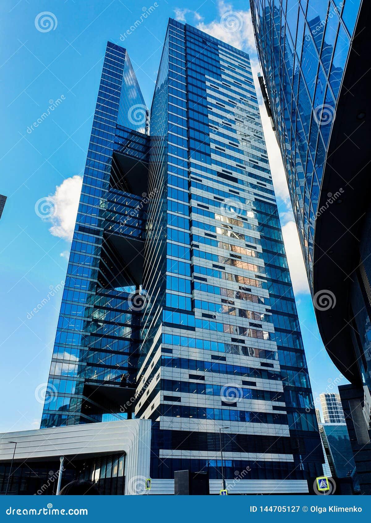 莫斯科- 2019年3月25日:底视图其中一个有一个异常的设计的莫斯科市摩天大楼反对