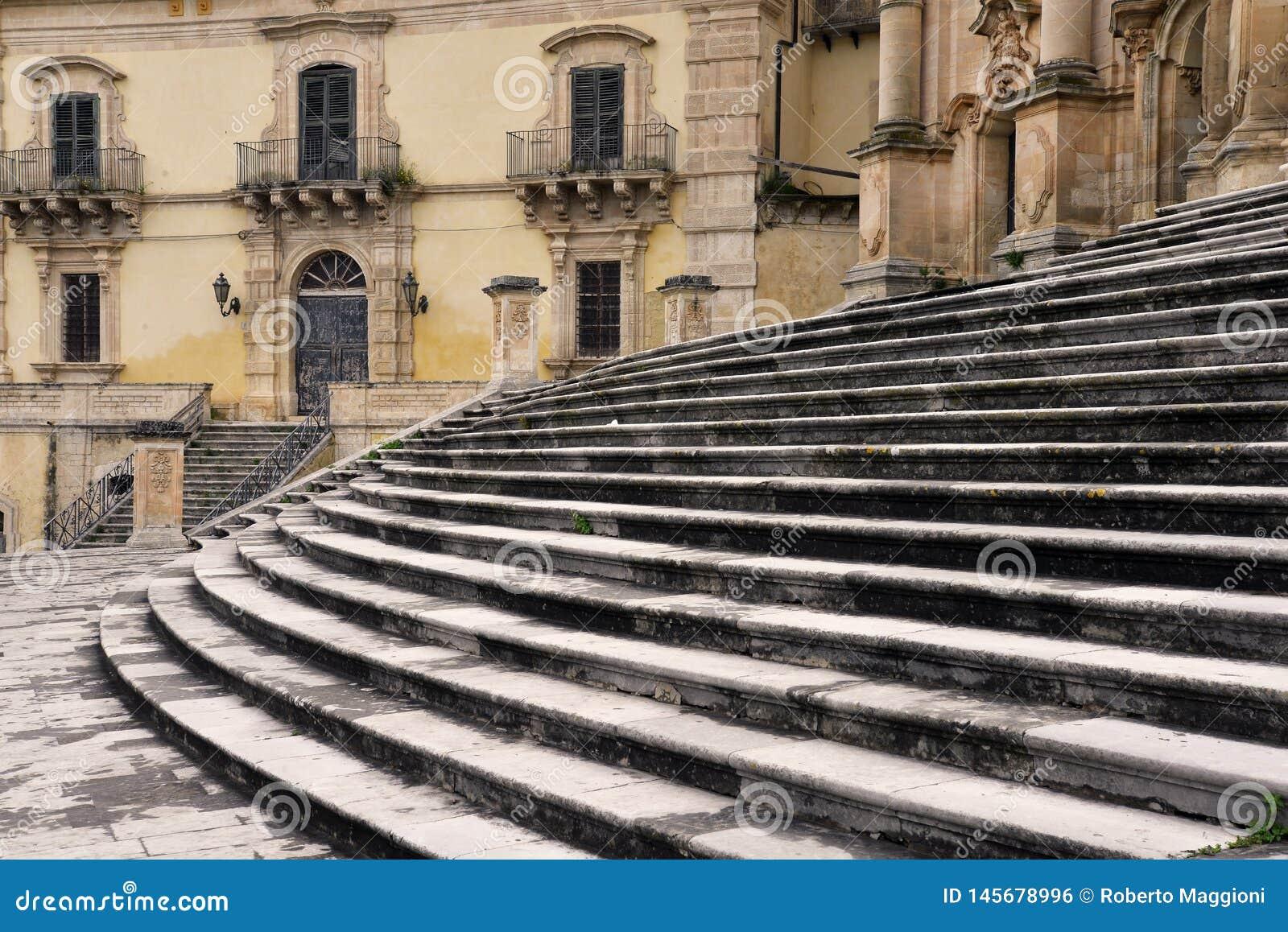 莫迪卡,西西里岛,意大利 被铺的正方形和巴洛克式的教会