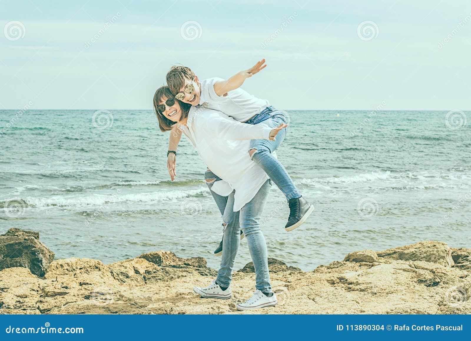 获得两名的妇女在海滩的乐趣