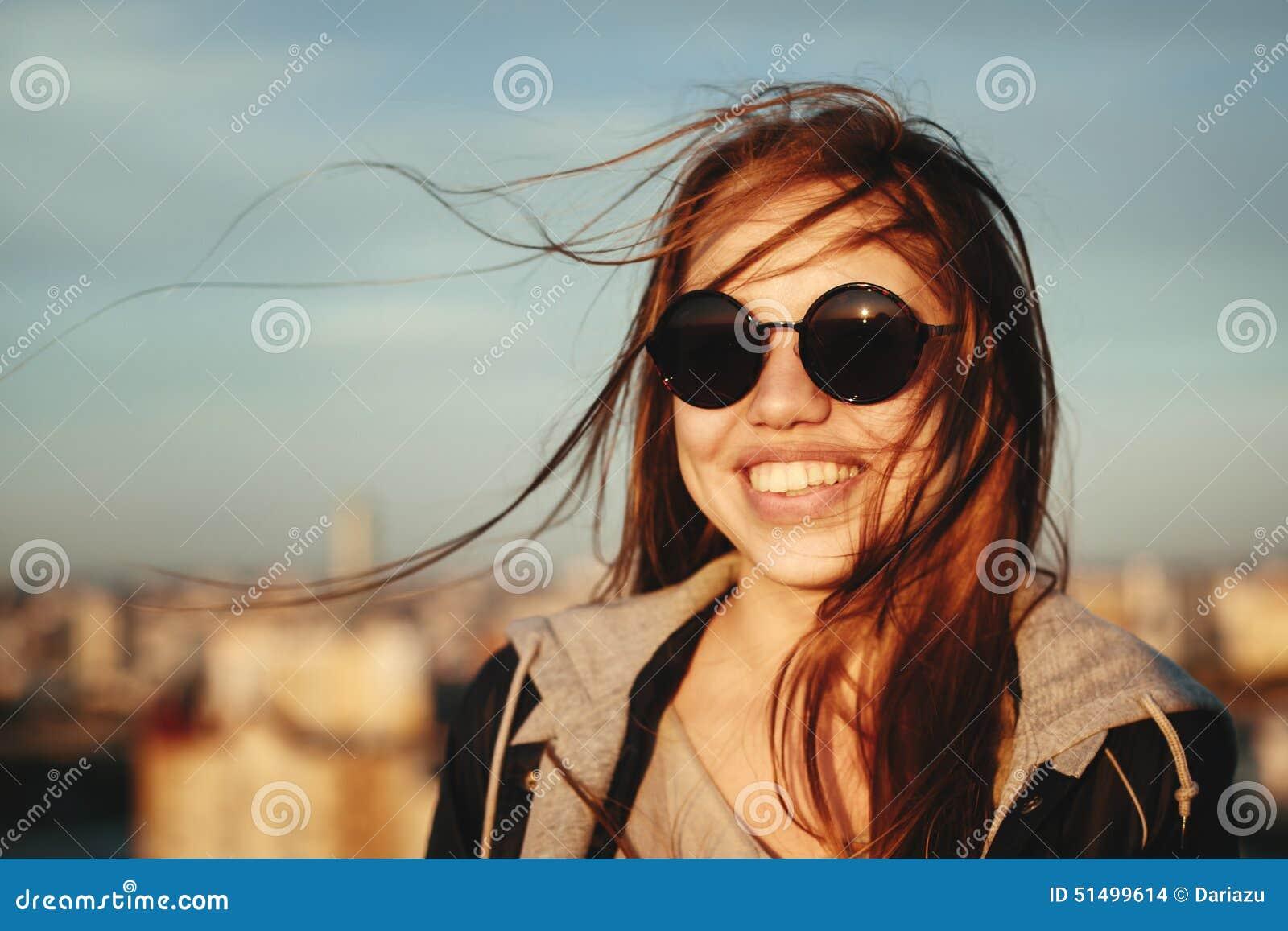 获得圆的太阳镜的少妇乐趣