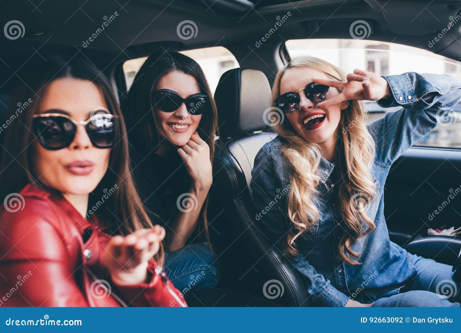 获得小组的朋友在汽车的乐趣 唱歌和笑在城市