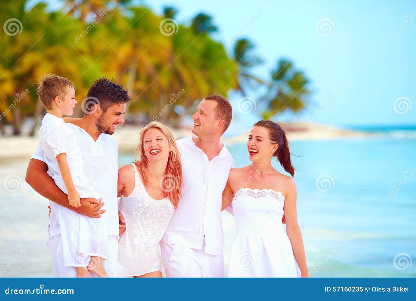 获得小组的朋友在热带海滩的乐趣,暑假