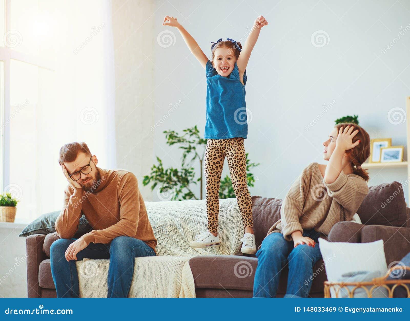 获得淘气,恶作剧,儿童的女孩跳,笑和乐趣,父母强调说与头疼