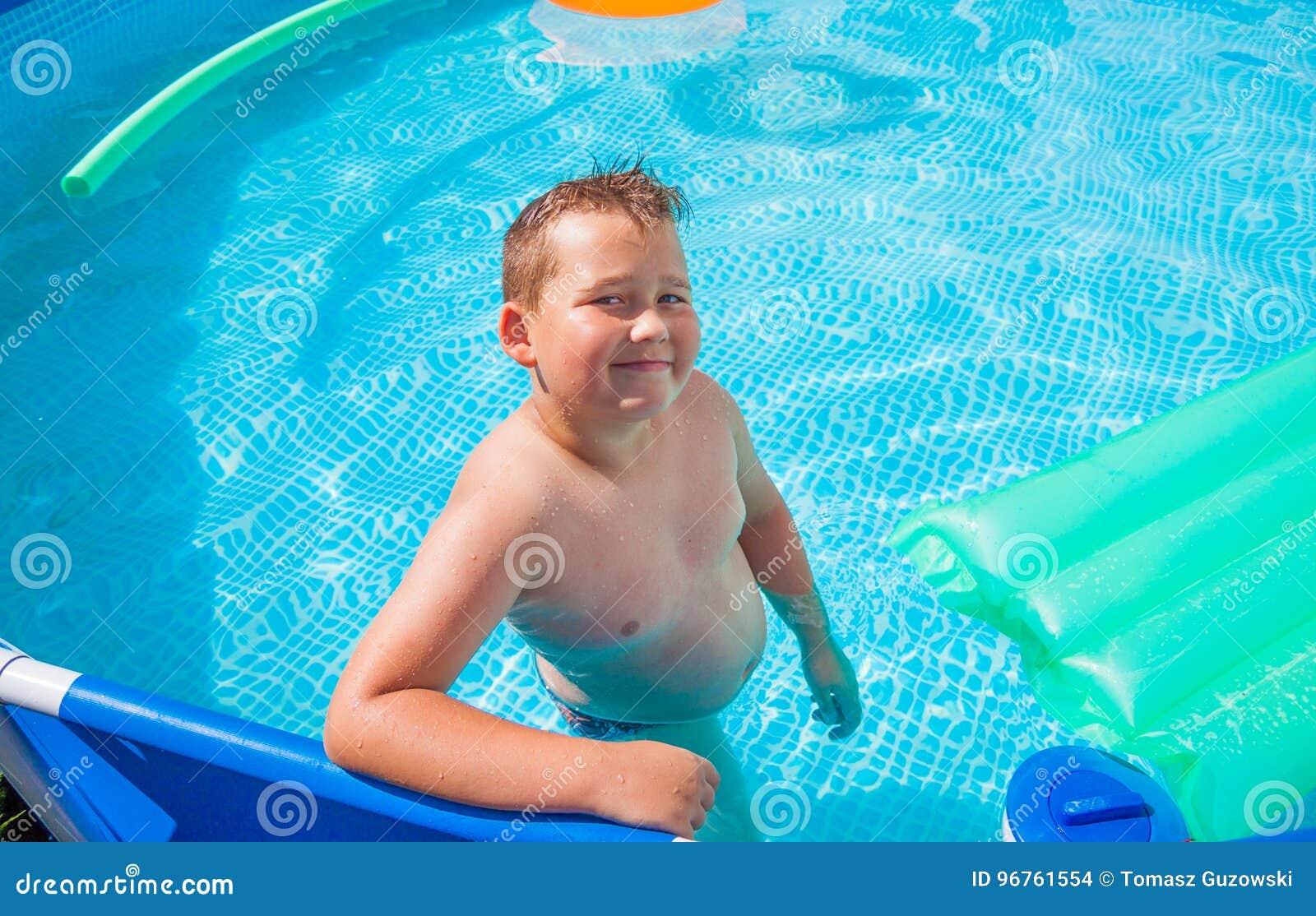 获得的乐趣男孩在游泳池