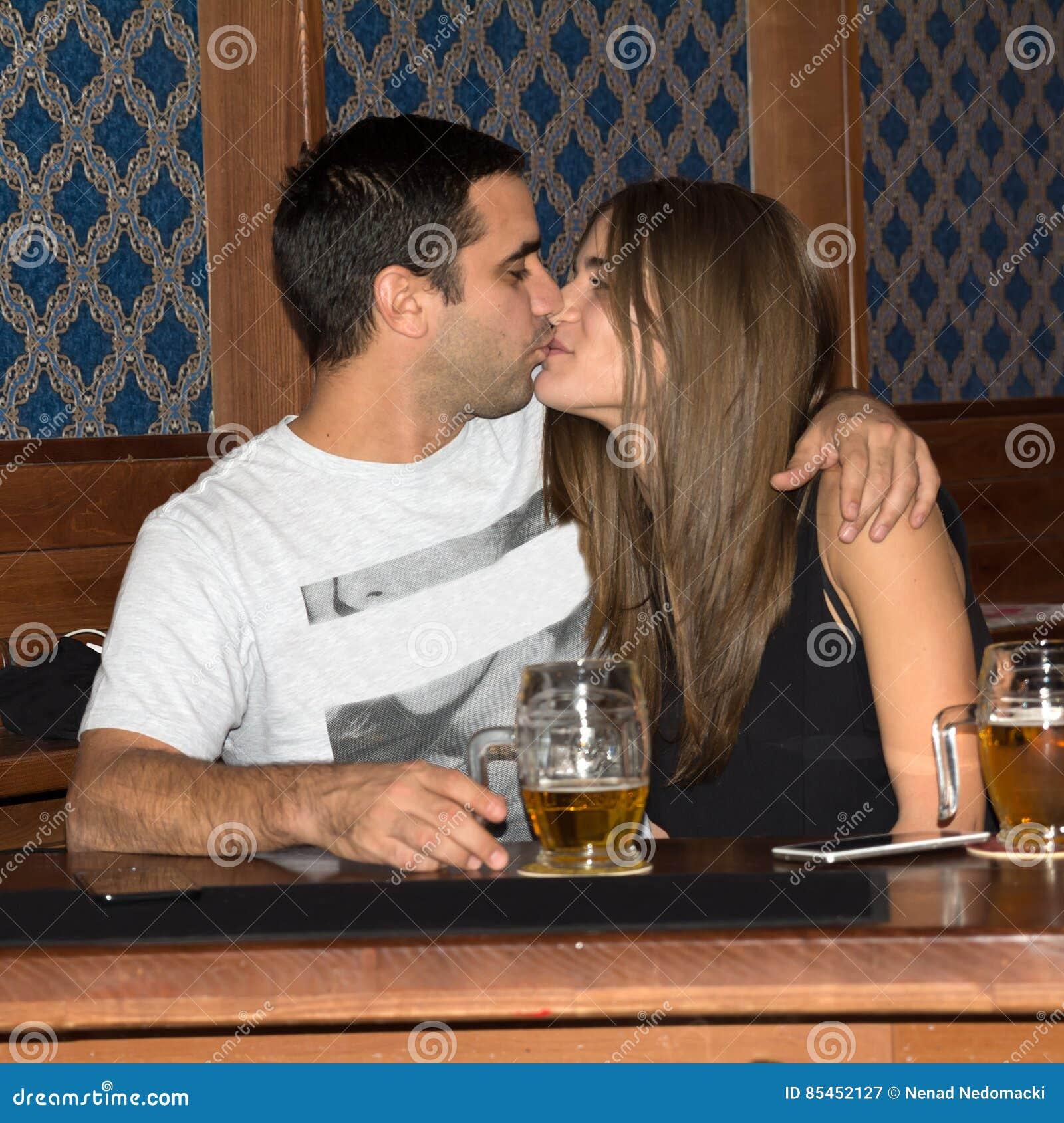 获得的夫妇一起喝和乐趣