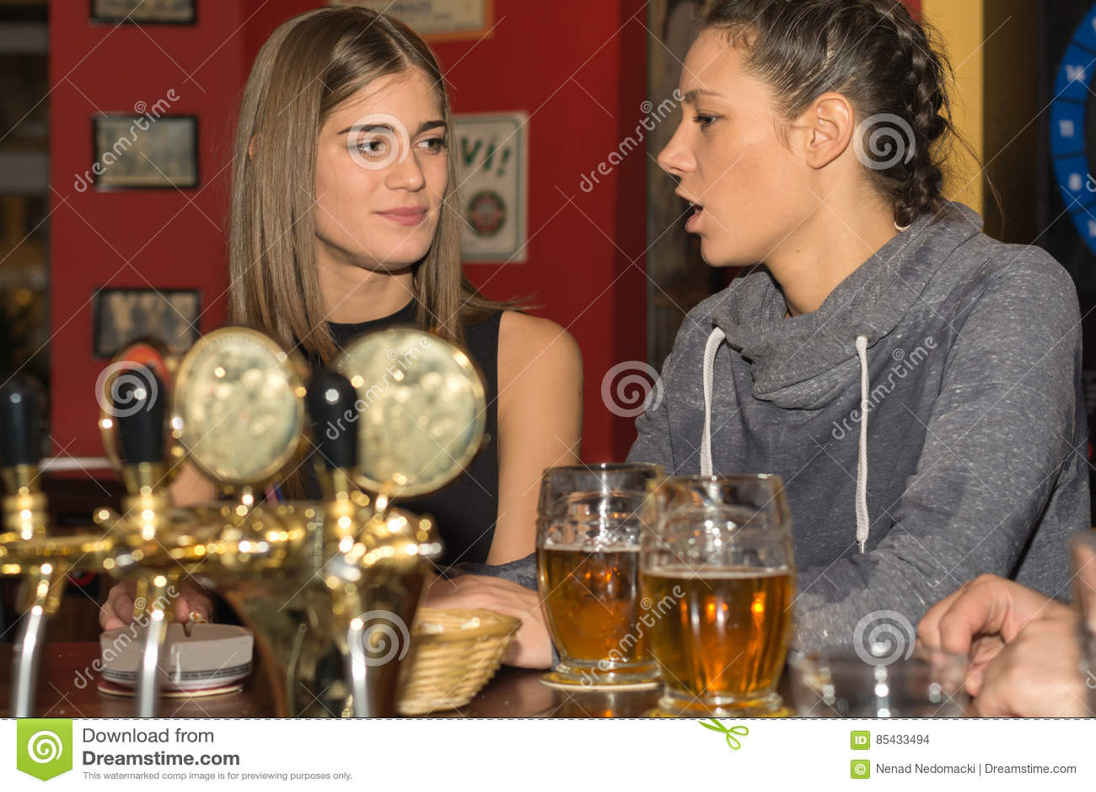 获得的女孩一起喝和乐趣