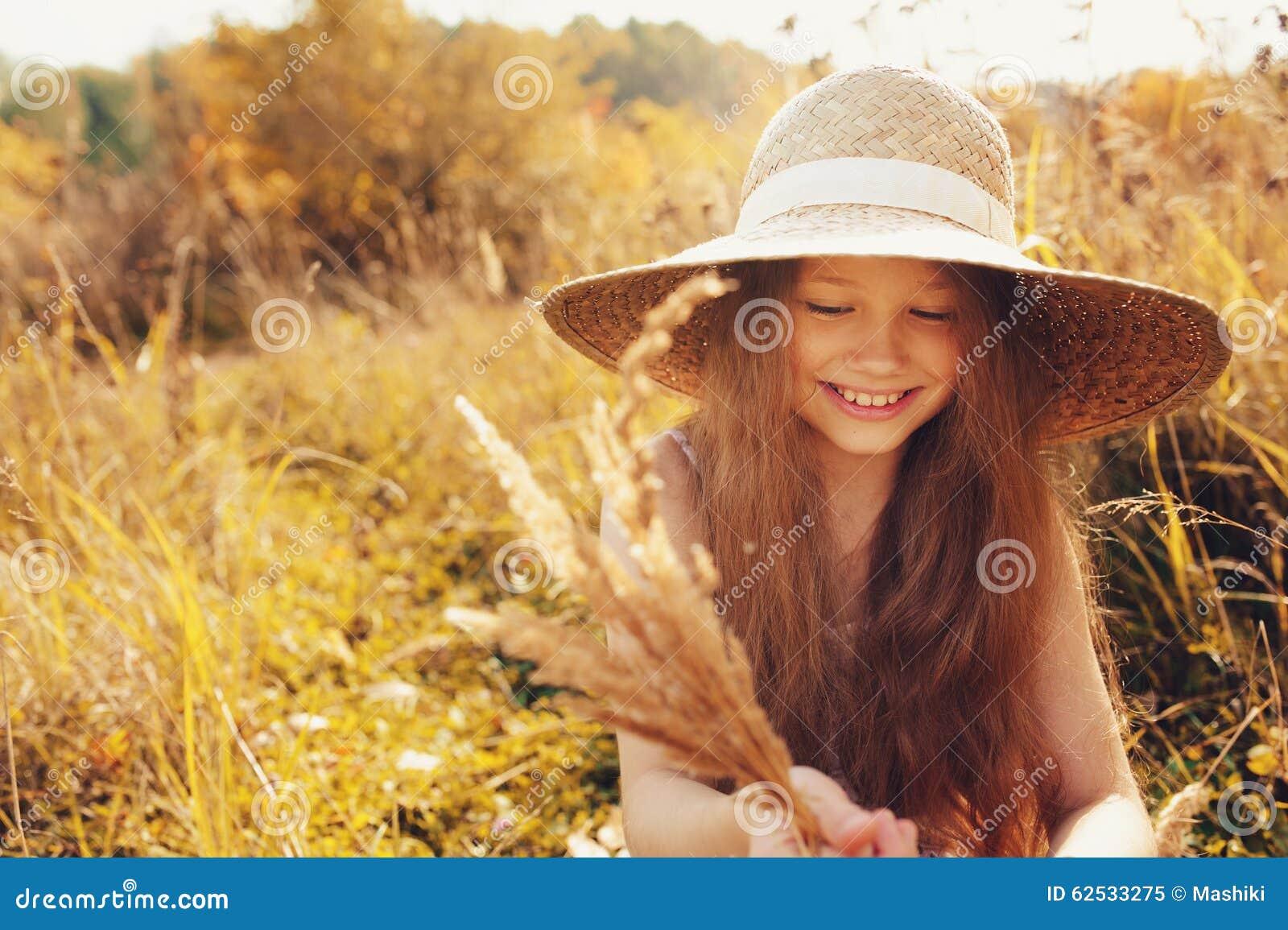 获得的秸杆的愉快的孩子女孩乐趣室外在夏天晴朗的领域