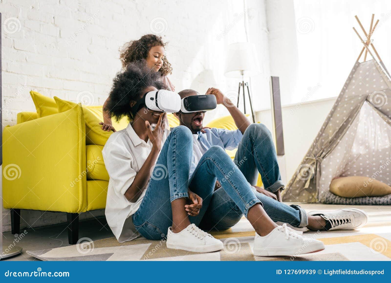 获得虚拟现实的耳机的非裔美国人乐趣一起