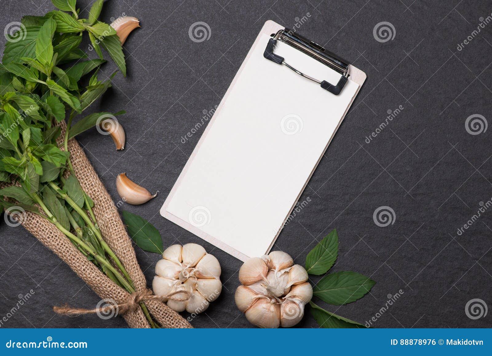 菜食谱 打开菜单书用新鲜的草本和香料