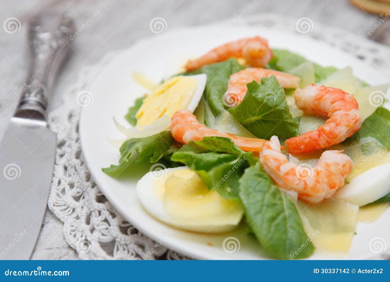菠菜沙拉用鸡蛋和虾