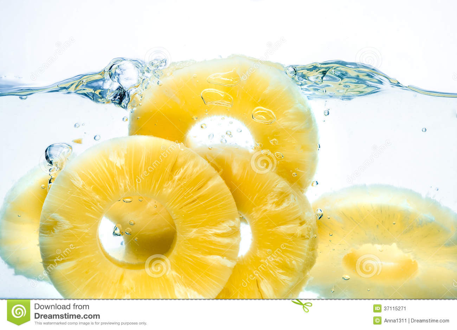 菠萝。被保存的果子飞溅在水中