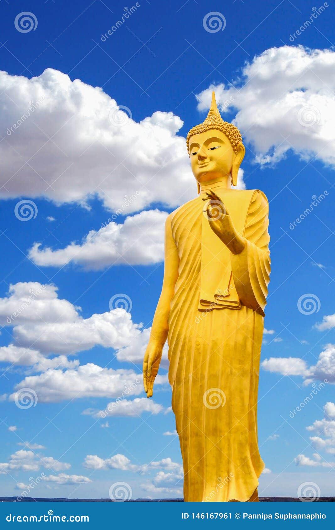 菩萨图象和明亮的天空