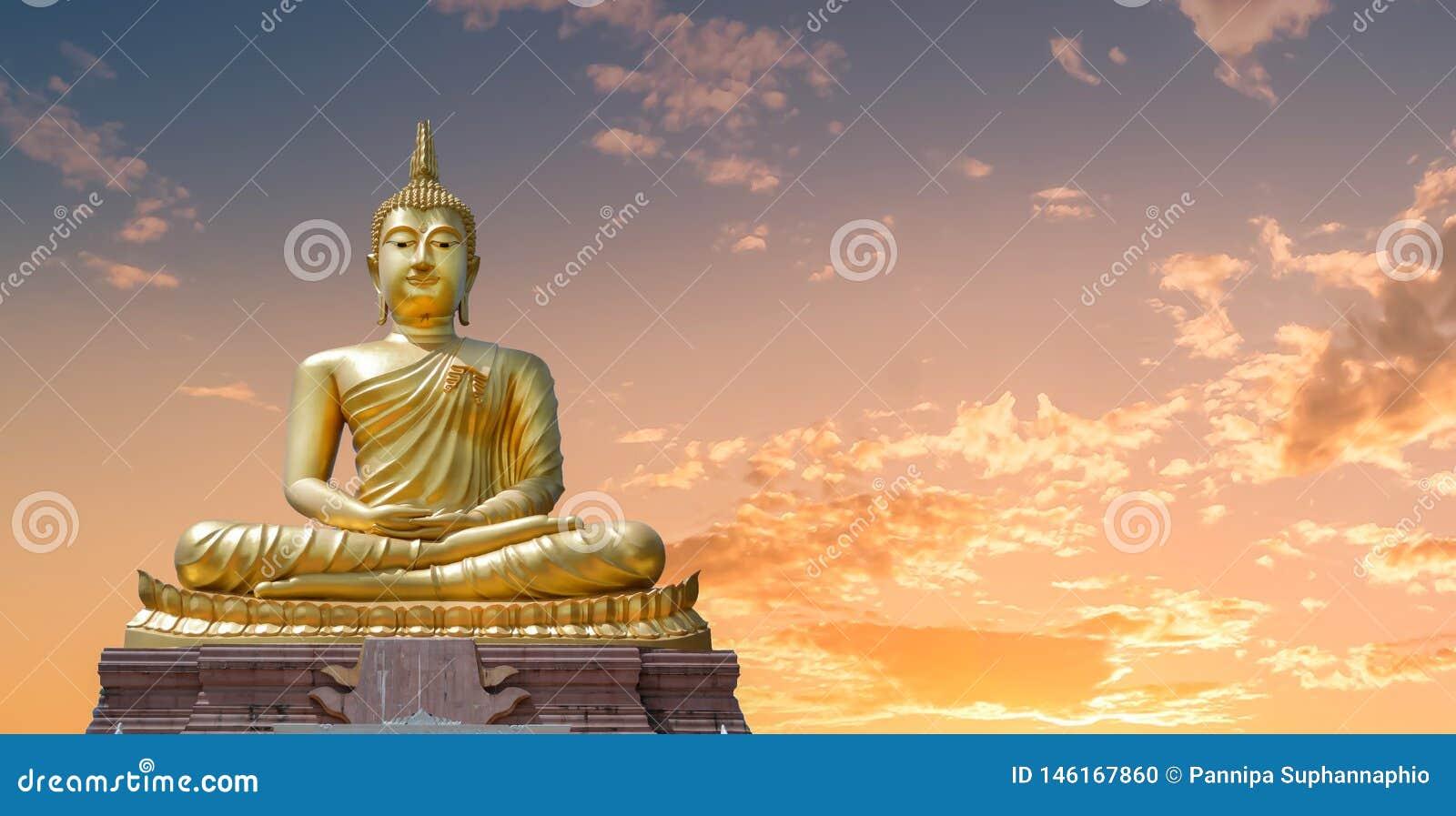 菩萨图象和金黄天空在晚上