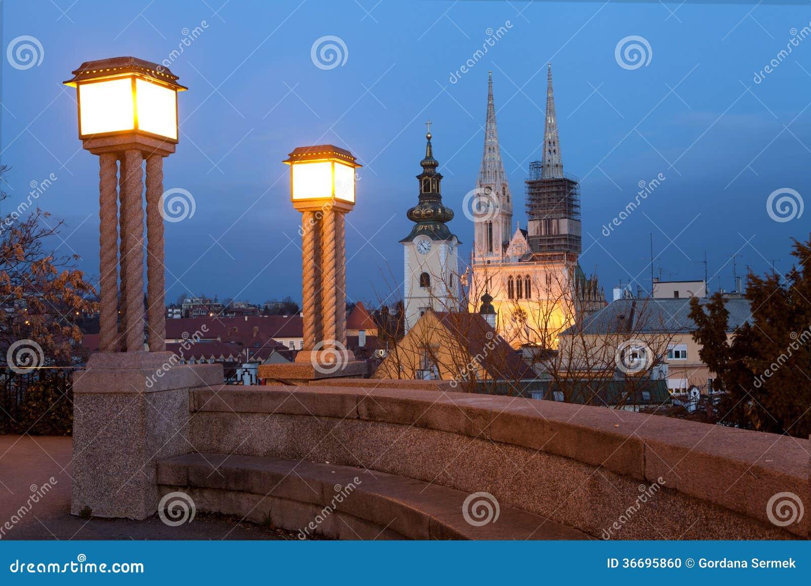 萨格勒布大教堂的夜视图