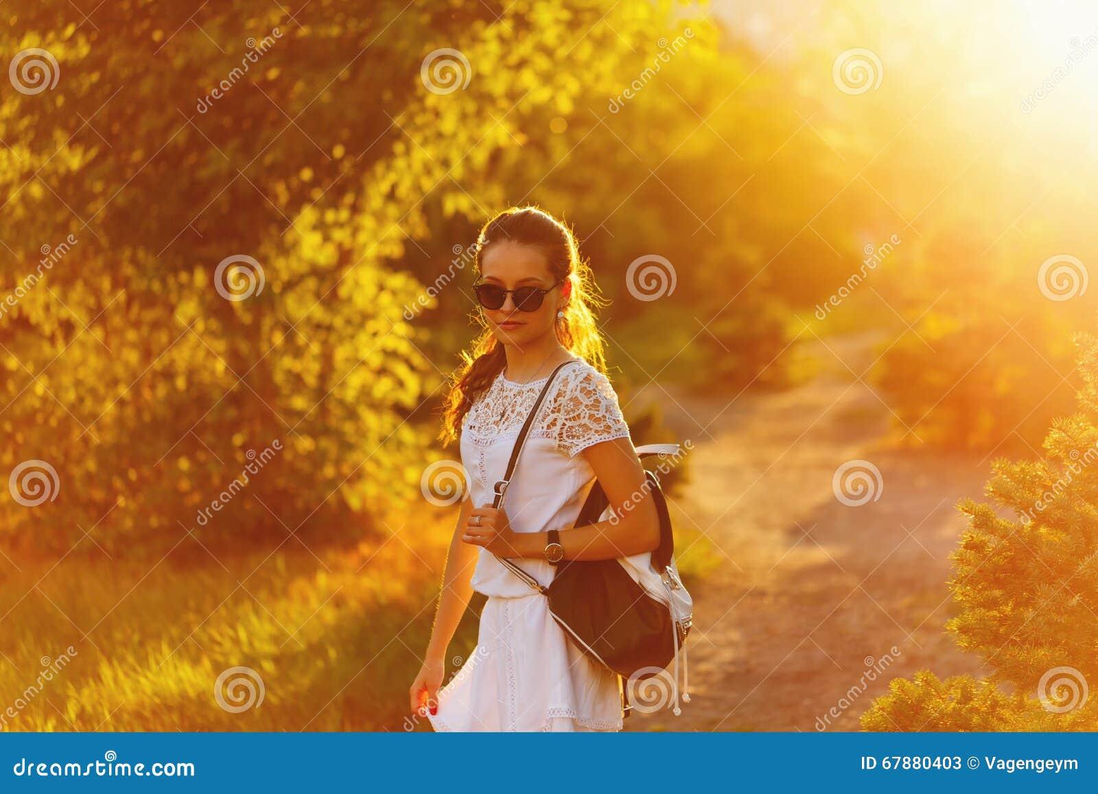 落日背景的嬉皮女孩