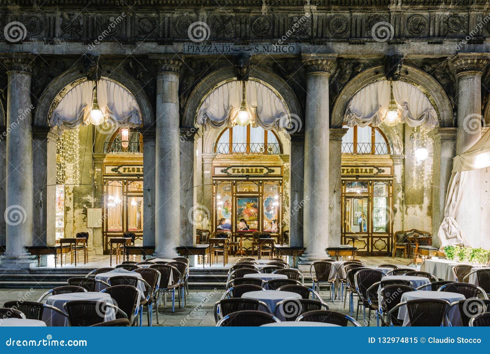 著名弗洛里安咖啡馆的Windows在晚上在威尼斯