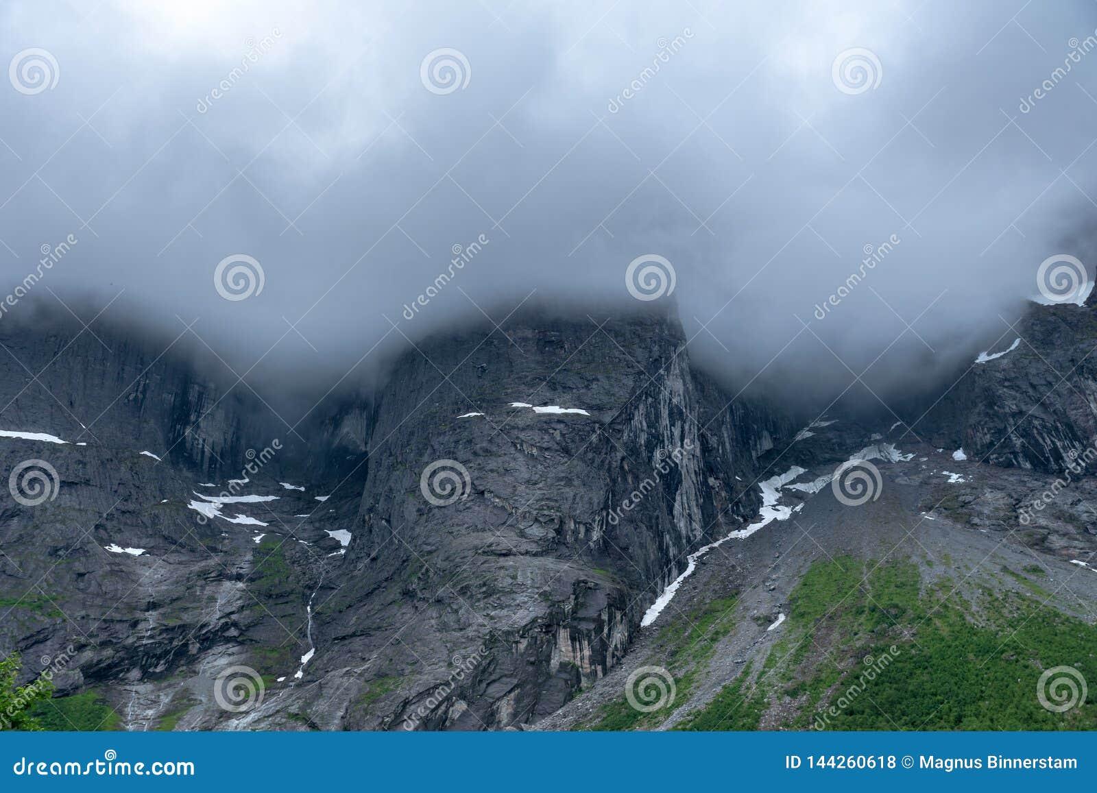 著名拖钓墙壁在挪威,大雾和云彩的