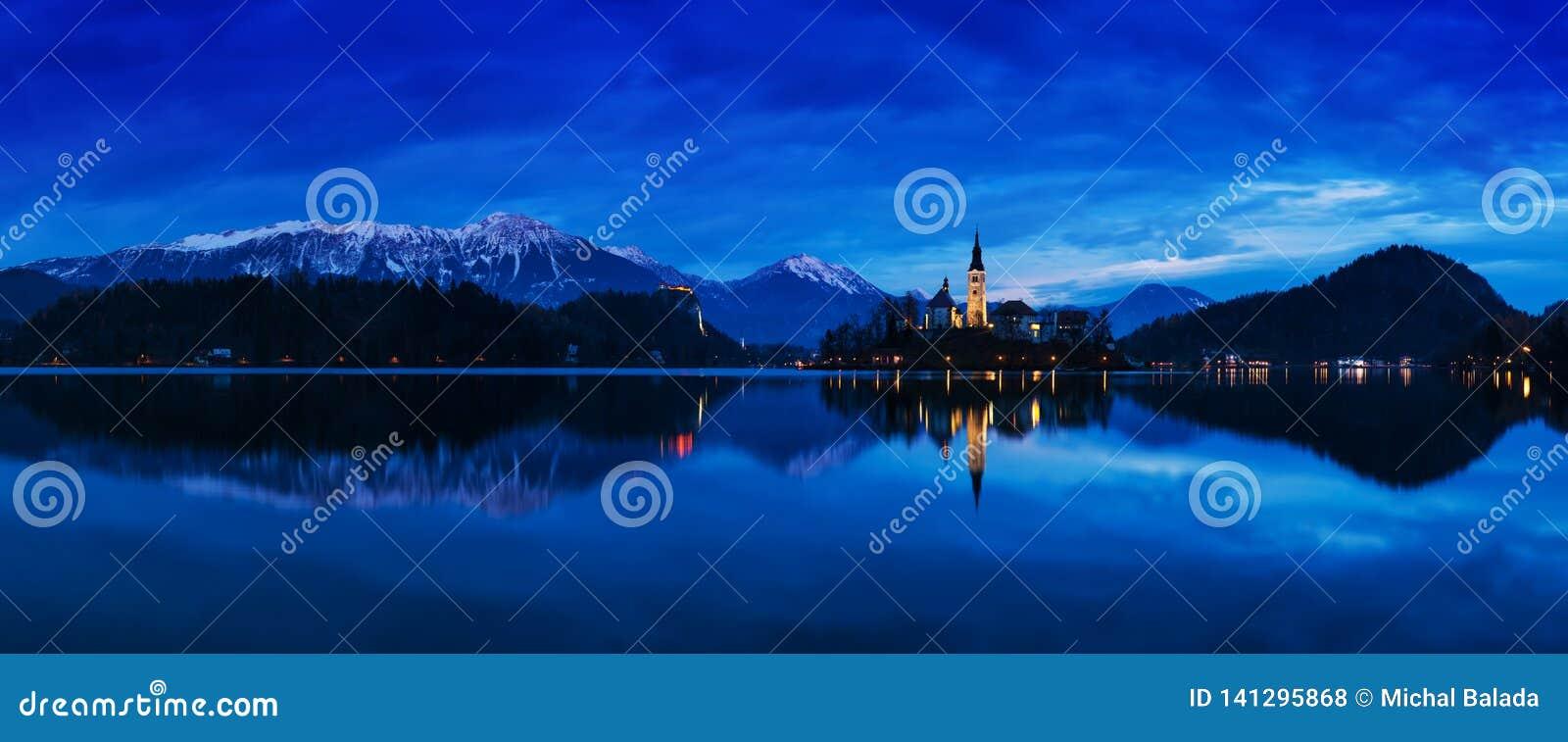 著名流血的海岛美丽的景色有天主教的在风景布莱德湖和流血的城堡Blejski毕业和朱利安阿尔卑斯山