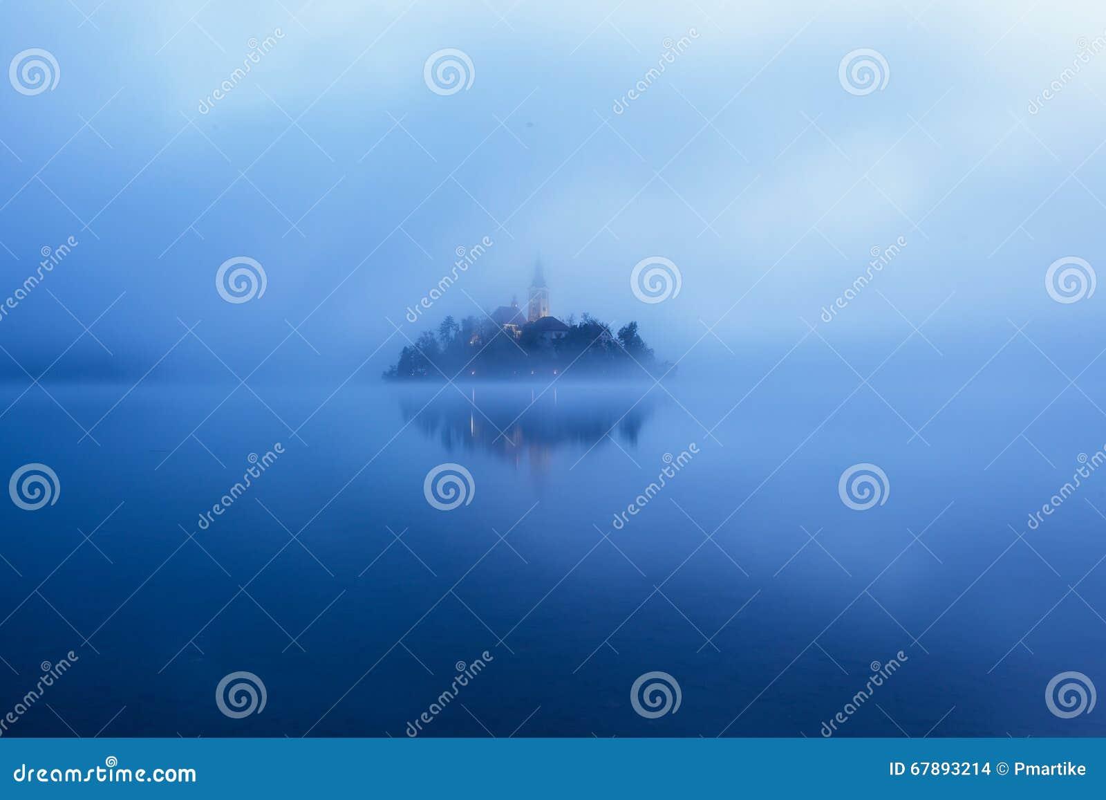 著名海岛的全景视图有老教会的在市Bled