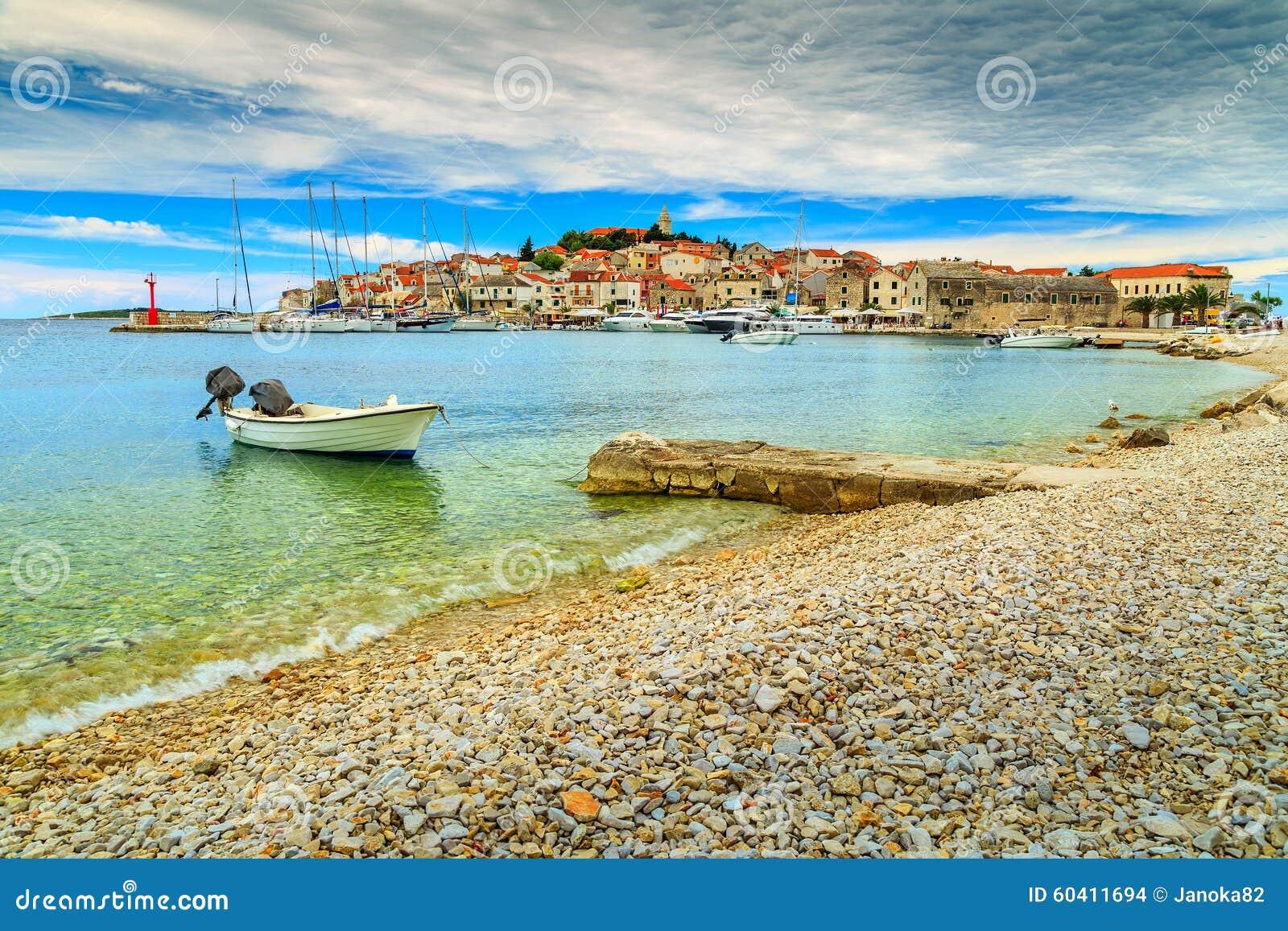 著名渔村全景, Primosten,达尔马提亚,克罗地亚,欧洲