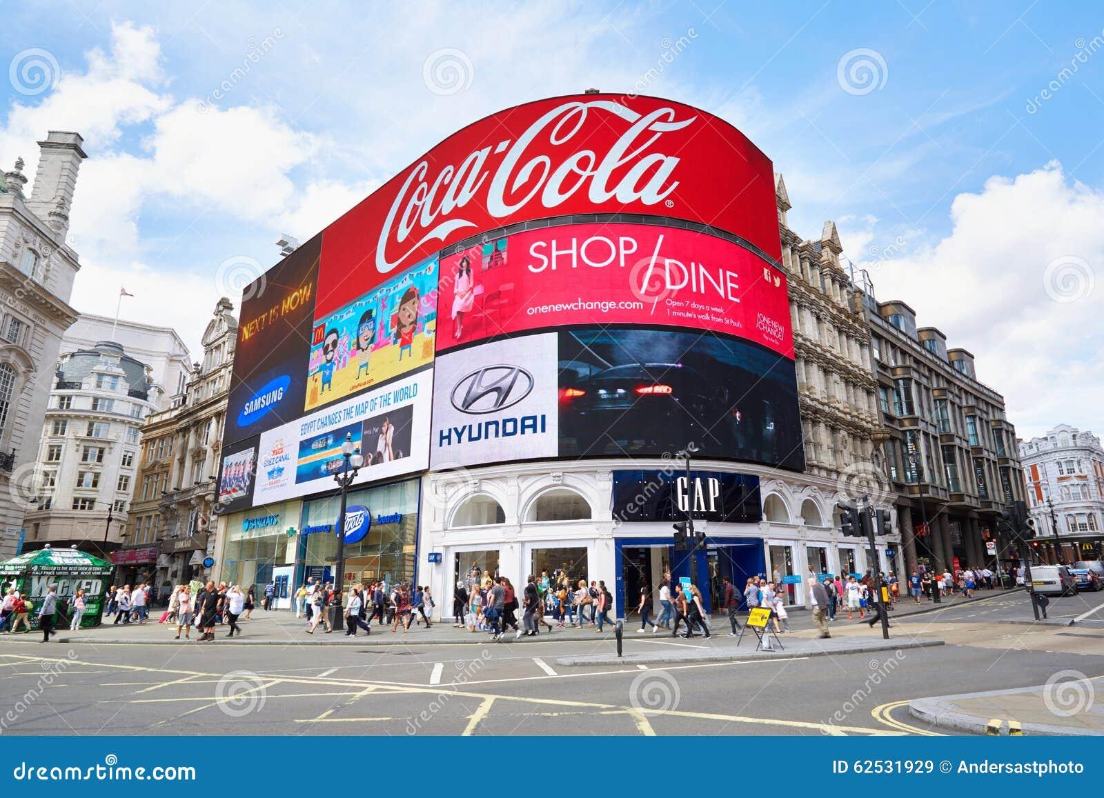 著名皮卡迪利广场霓虹标志和人民在伦敦