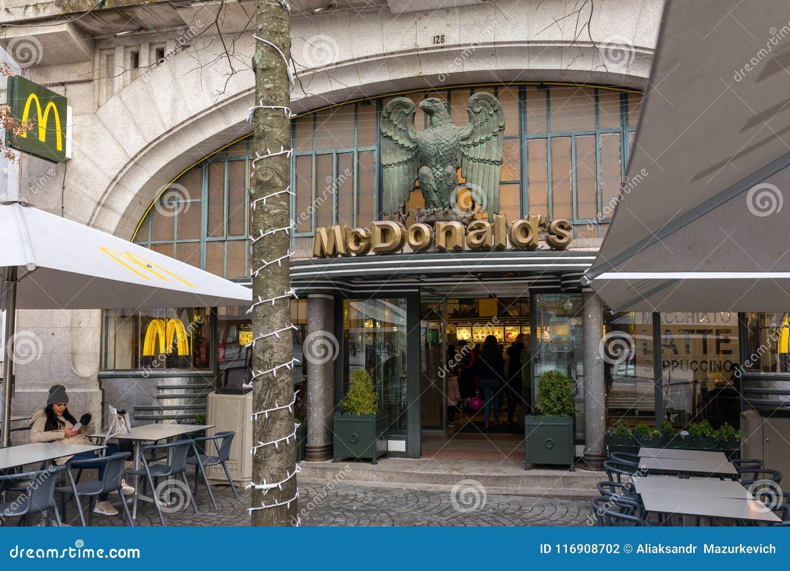 著名麦克唐纳` s皇家餐馆是一个历史咖啡馆在波尔图,葡萄牙