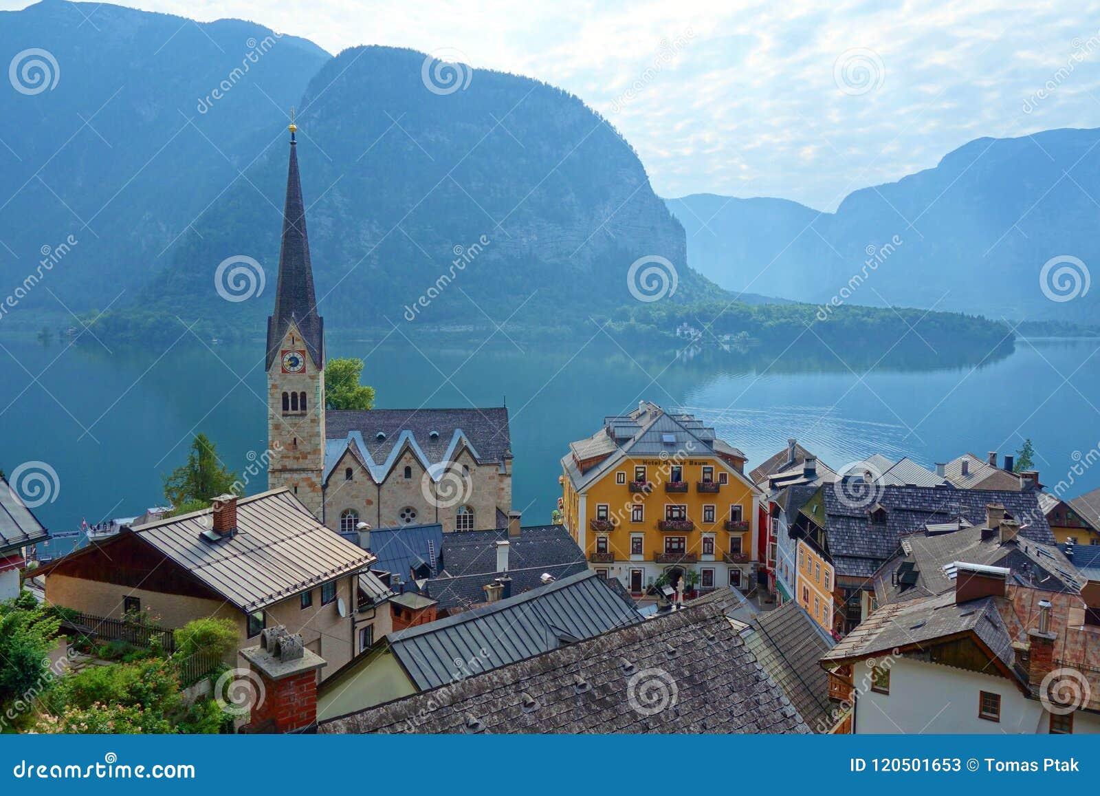 著名Hallstatt山村风景图片明信片视图在美好的光的奥地利阿尔卑斯在夏天,萨尔茨卡默古特