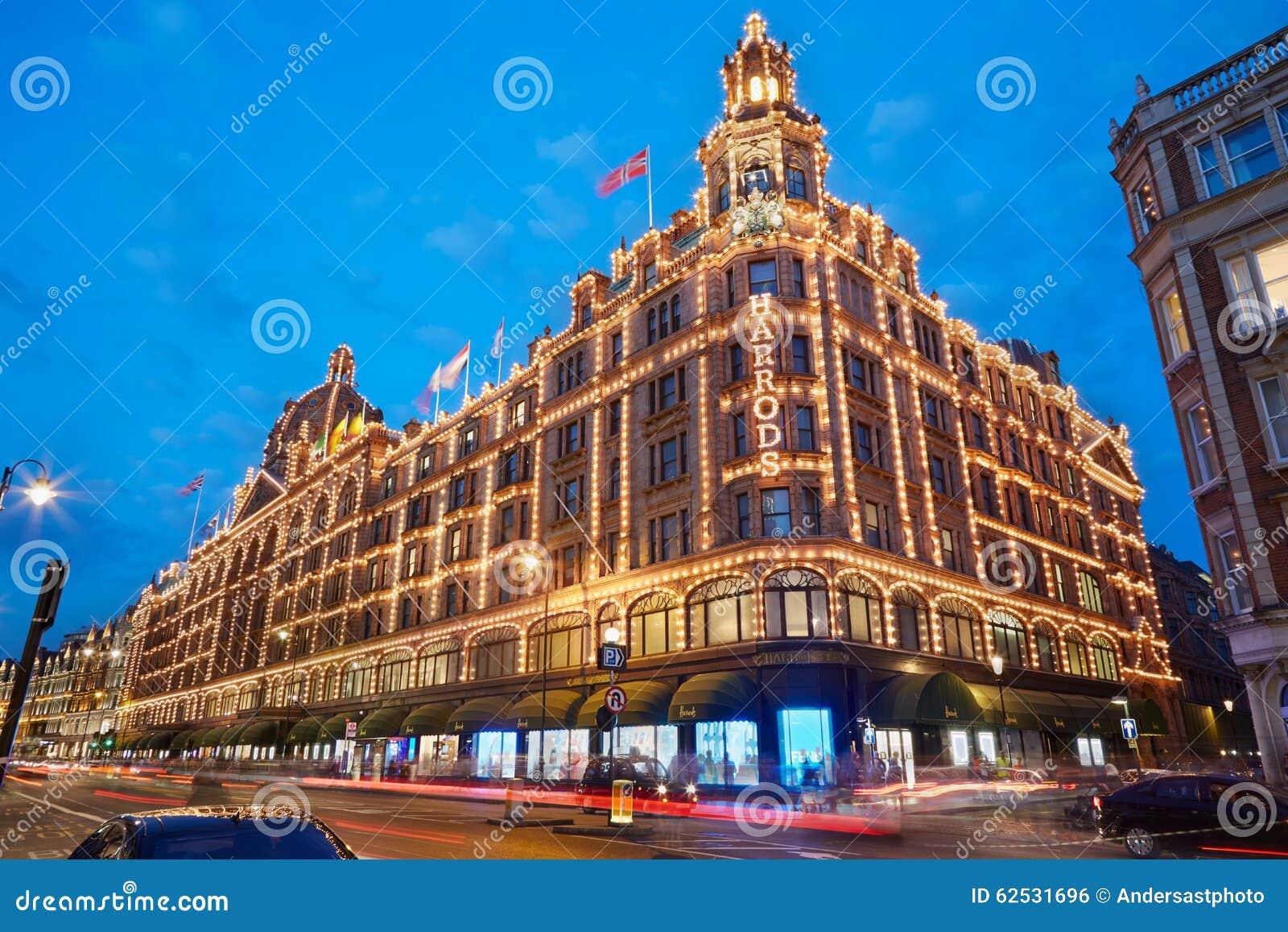 著名Harrods百货商店在晚上在伦敦