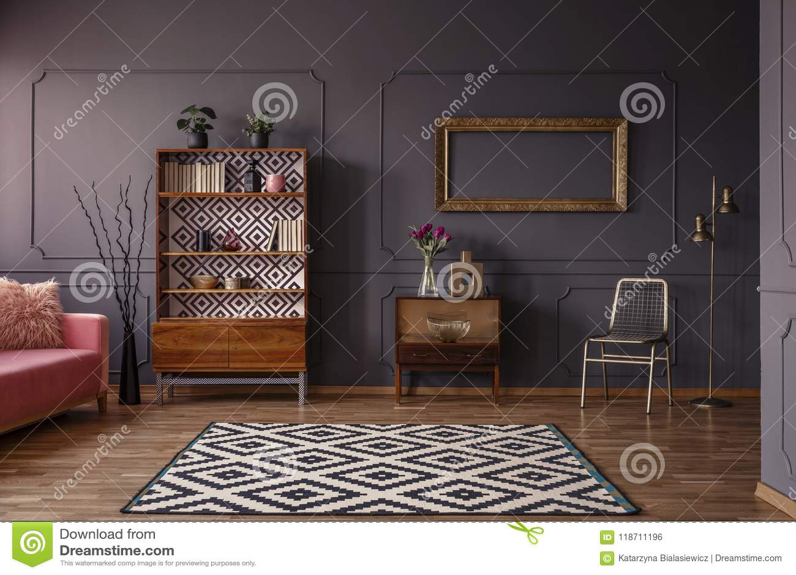 葡萄酒与一个被仿造的地毯的客厅内部,碗柜, gol