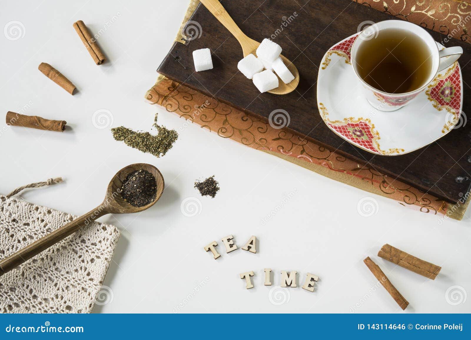 葡萄酒与的茶场面茶杯、切板、匙子和备忘录书