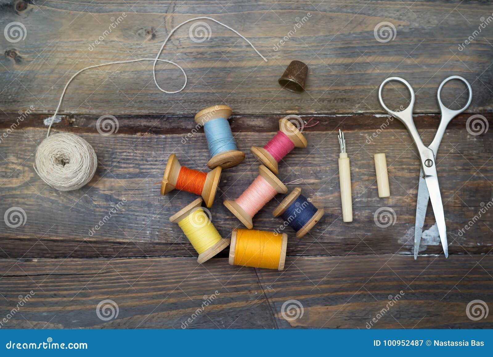 葡萄酒五颜六色的螺纹和辅助部件手工制造缝合的