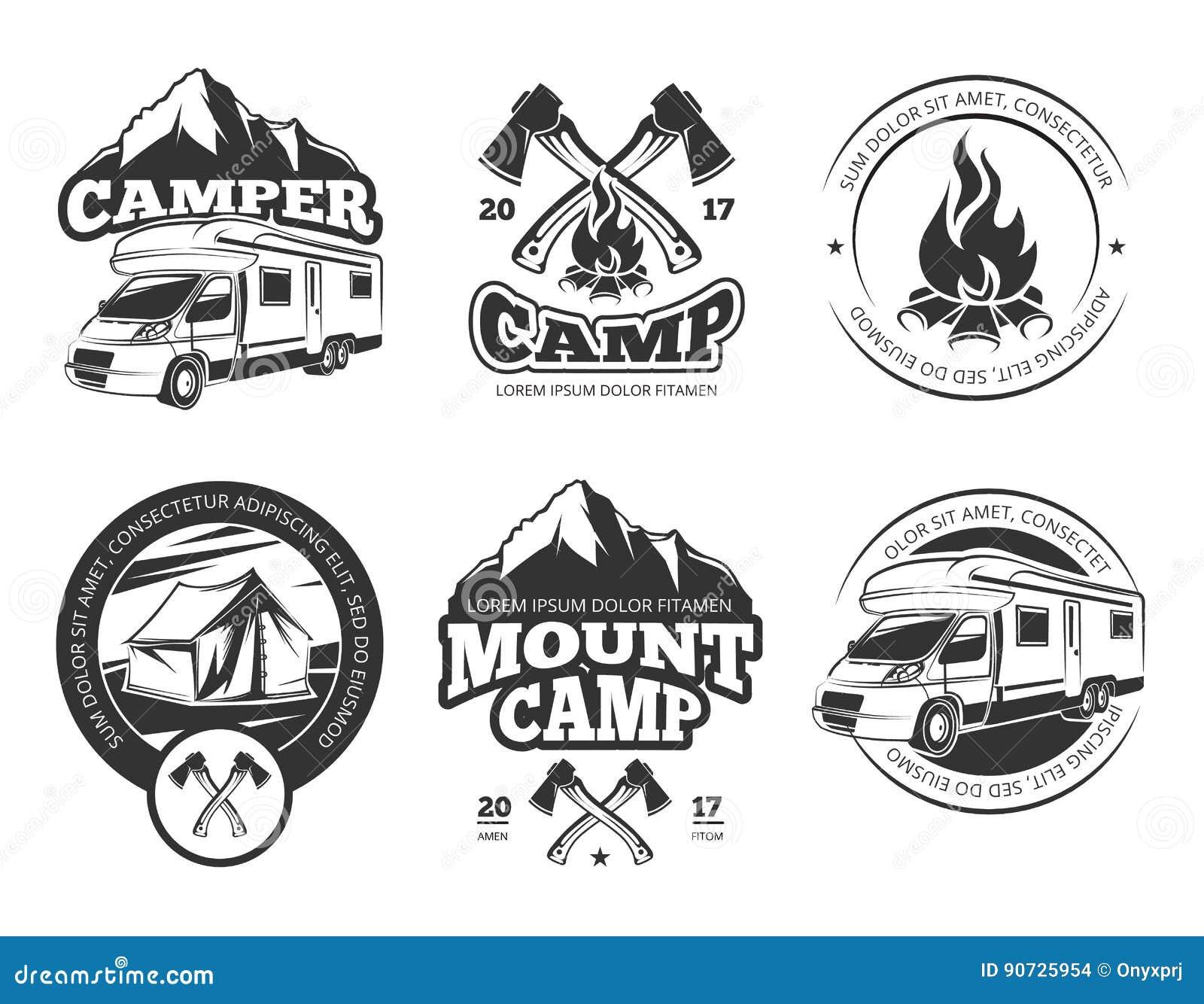 葡萄酒传染媒介与露营车的标号组在山、帐篷和冷杉木附近 黑白照片野营的商标元素