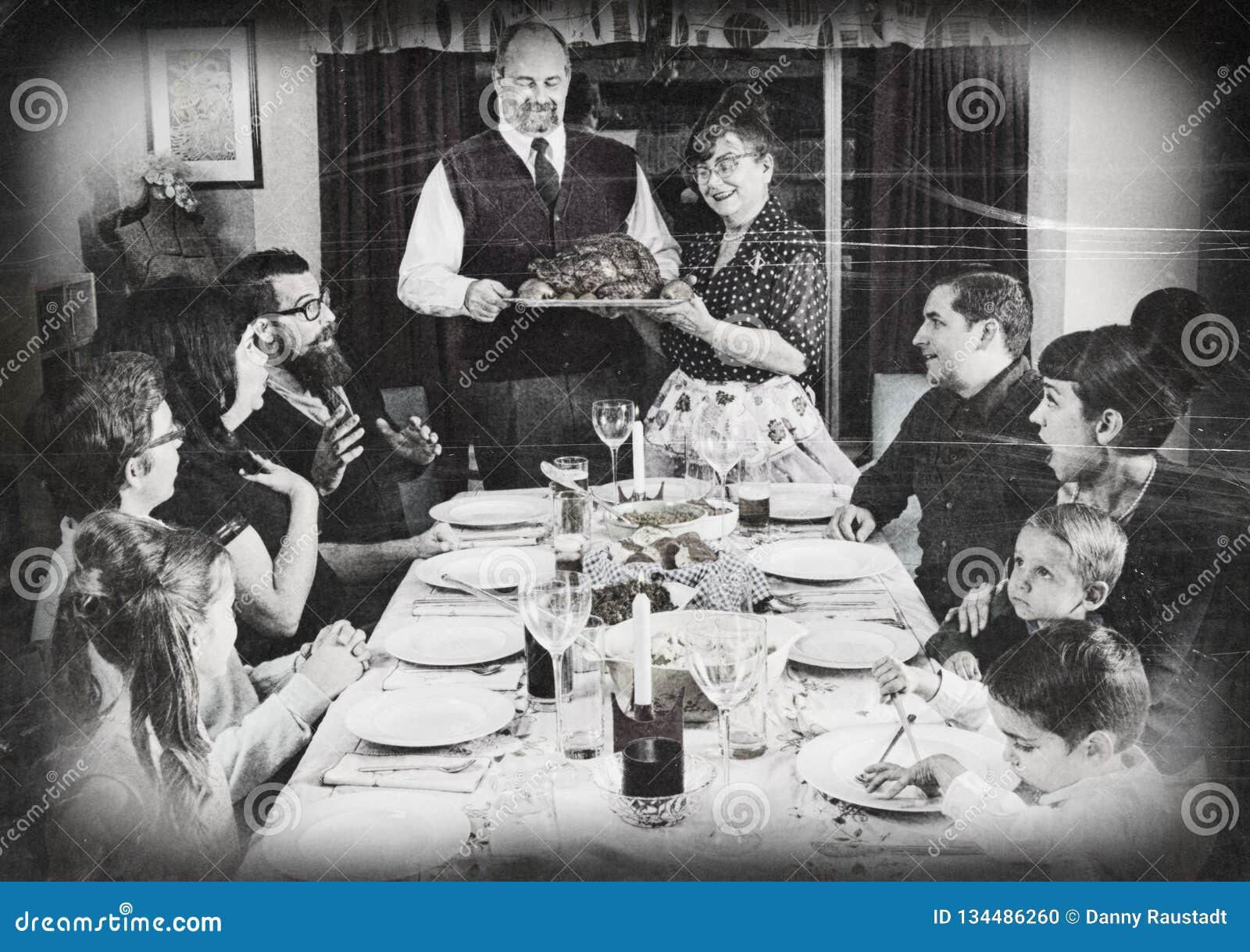 葡萄酒假日土耳其晚餐的家庭汇聚