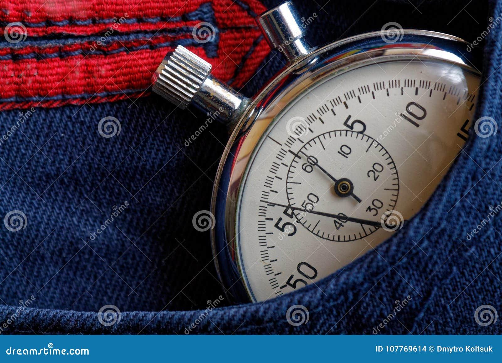 葡萄酒古董秒表,在深蓝牛仔裤装在口袋里,价值措施时间,老时钟箭头分钟,第二个准确性定时器纪录