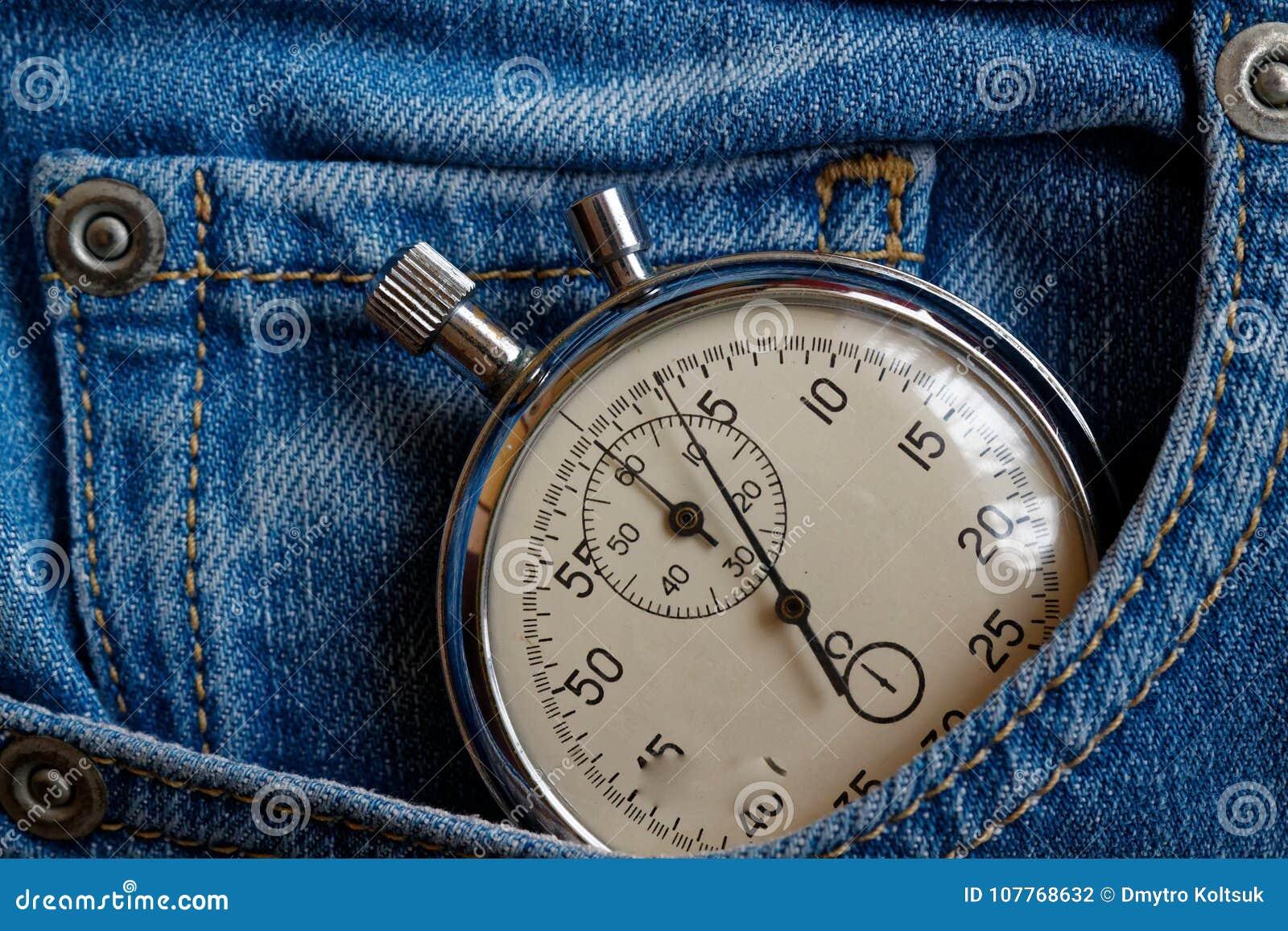 葡萄酒古董秒表,在老被佩带的深蓝牛仔布口袋,价值措施时间,老时钟箭头分钟,第二个准确性定时器