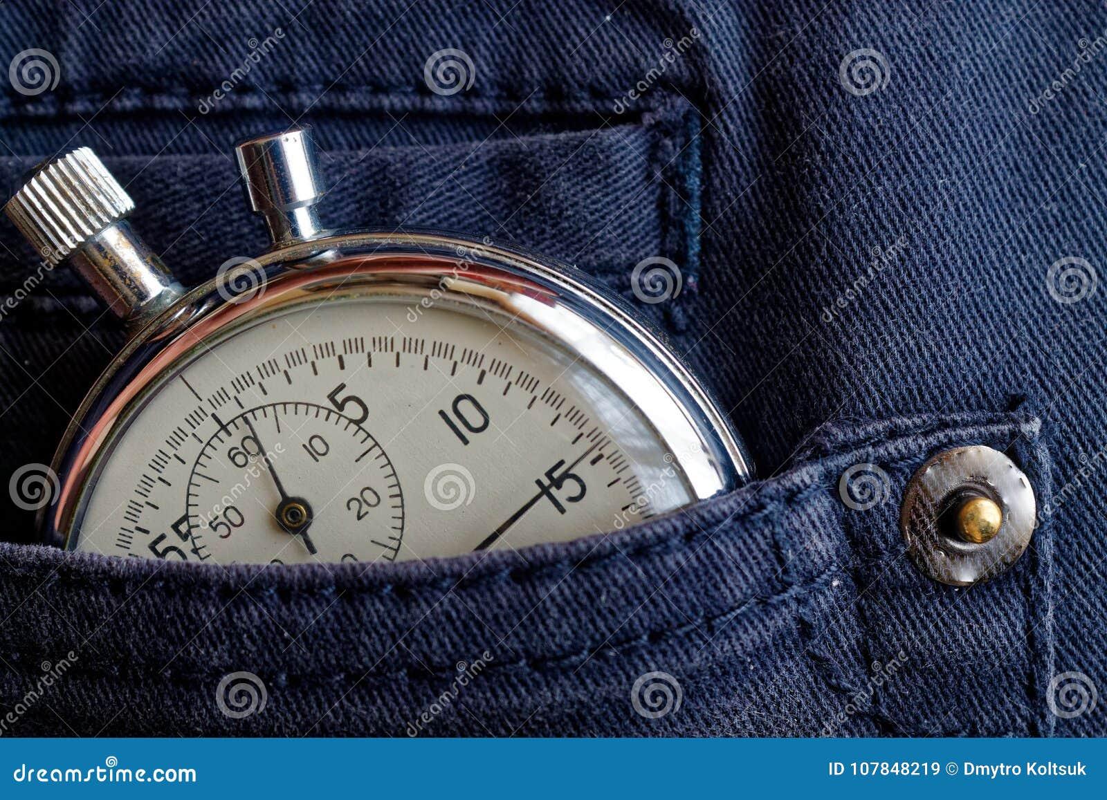 葡萄酒古董秒表,在蓝色牛仔裤装在口袋里,价值措施时间,老时钟箭头分钟,第二个准确性定时器纪录