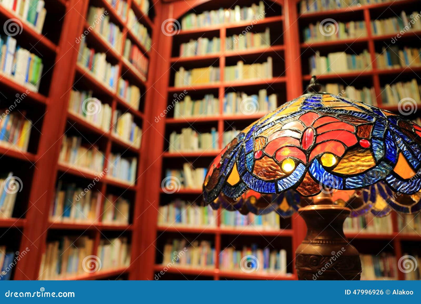 葡萄酒台灯、书和书架在图书馆,老图书馆阅览室的概念里