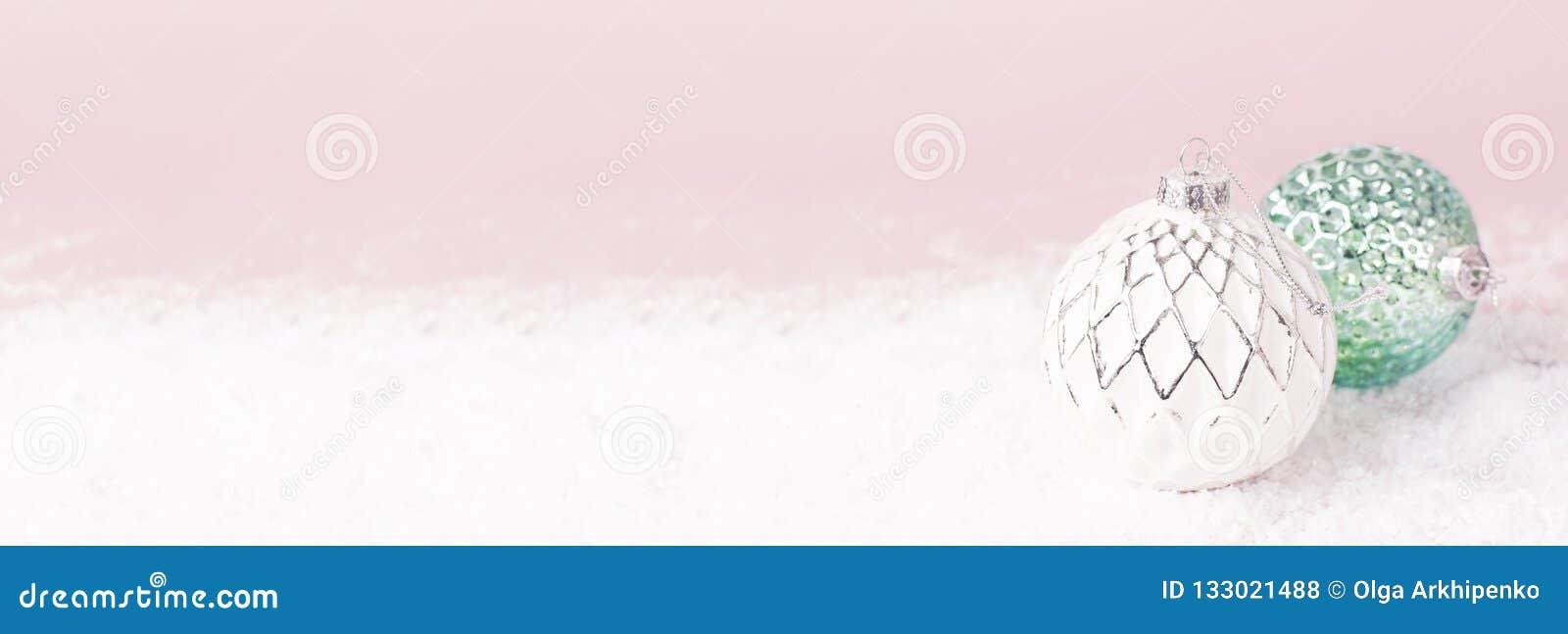 葡萄酒圣诞节在雪的新年球在桃红色背景平的被放置的拷贝空间 假日中看不中用的物品,欢乐美丽的装饰