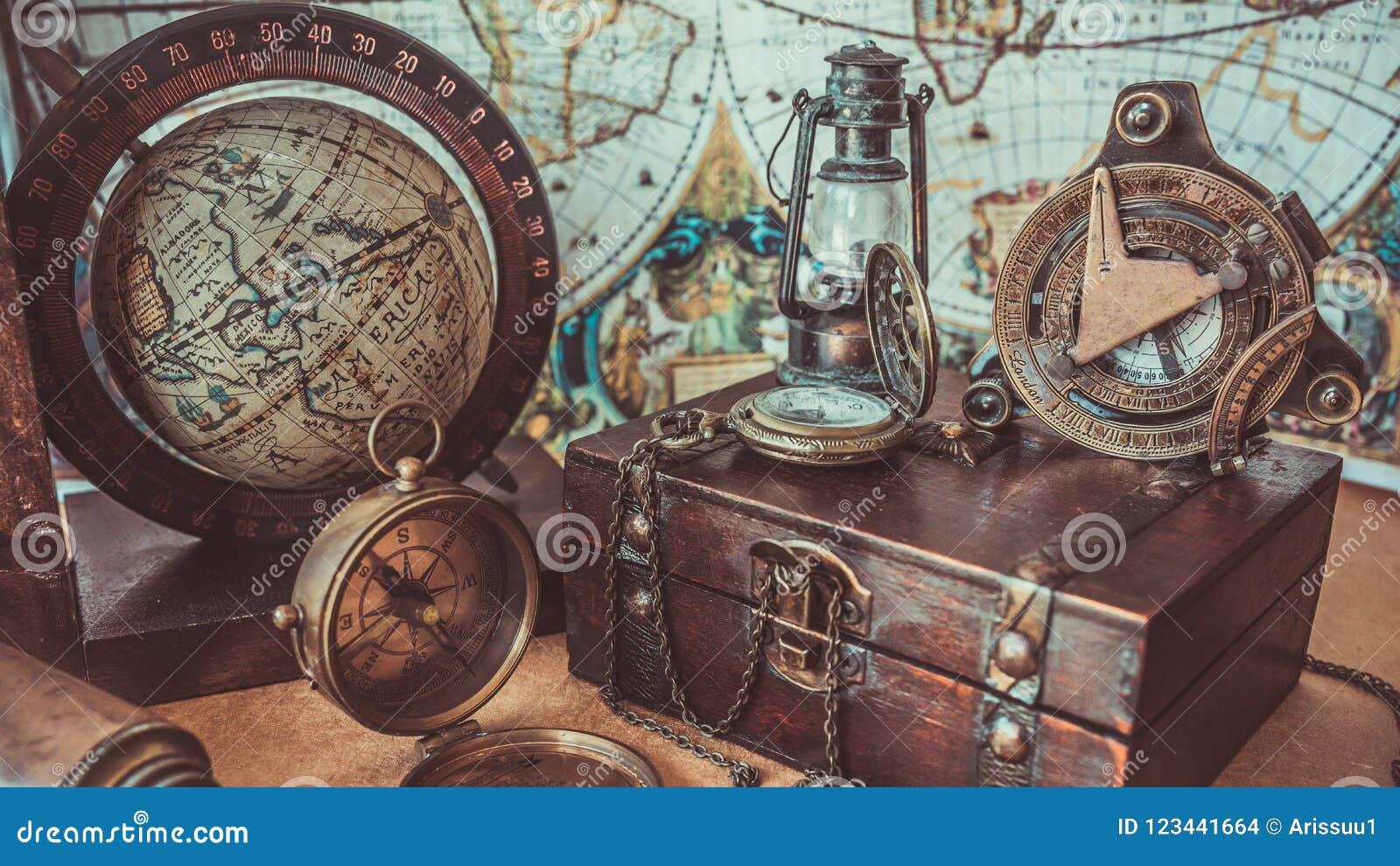 葡萄酒指南针木珍宝箱子灯照明设备和地球式样老海盗汇集照片