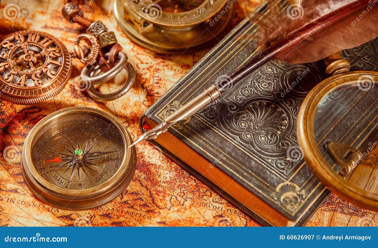 葡萄酒放大镜在一张古老世界地图说谎