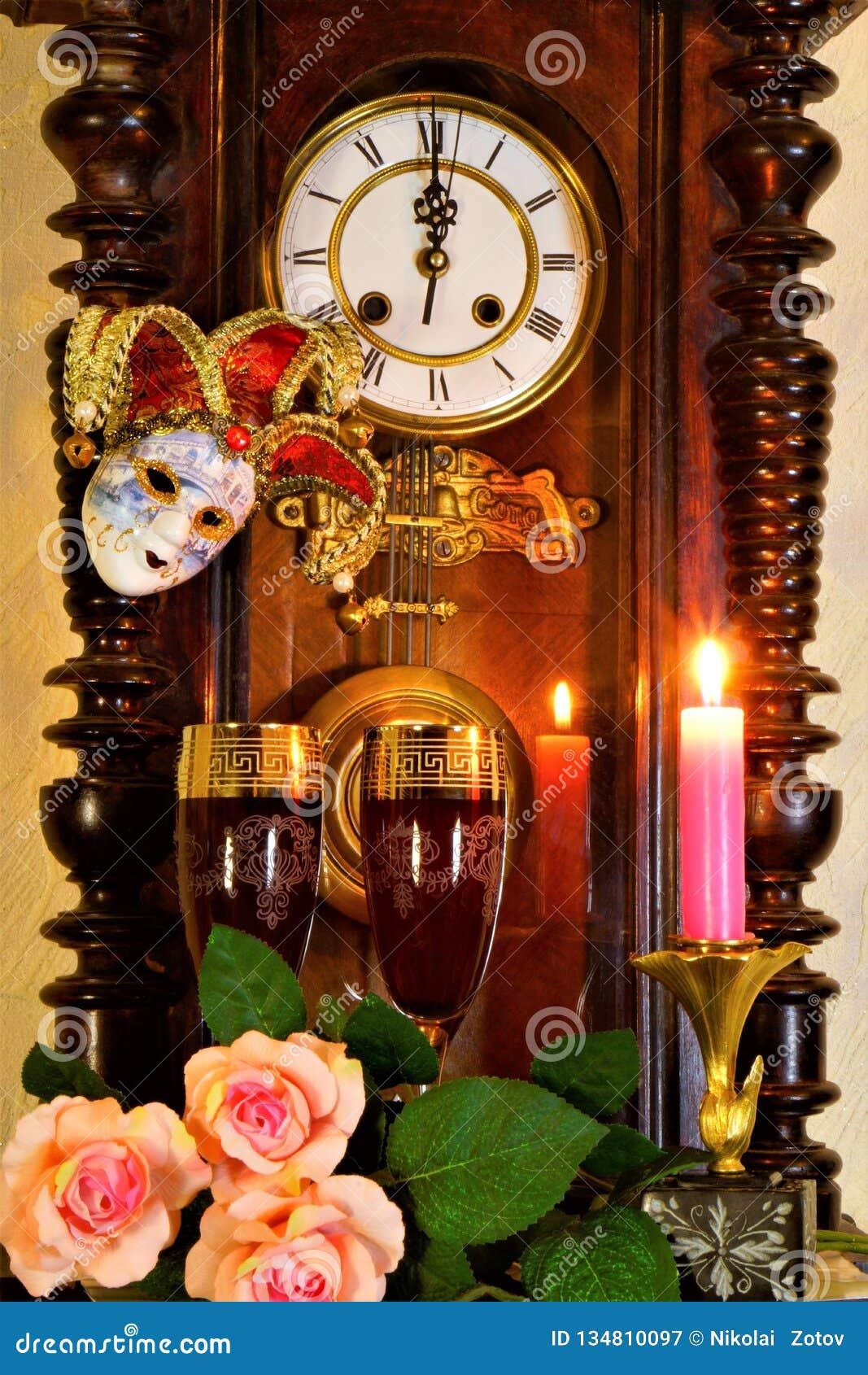 葡萄酒时间的时钟标志,使人想起过去和未来,在狂欢节的开始的下计数 假日,供人潮笑者的mas