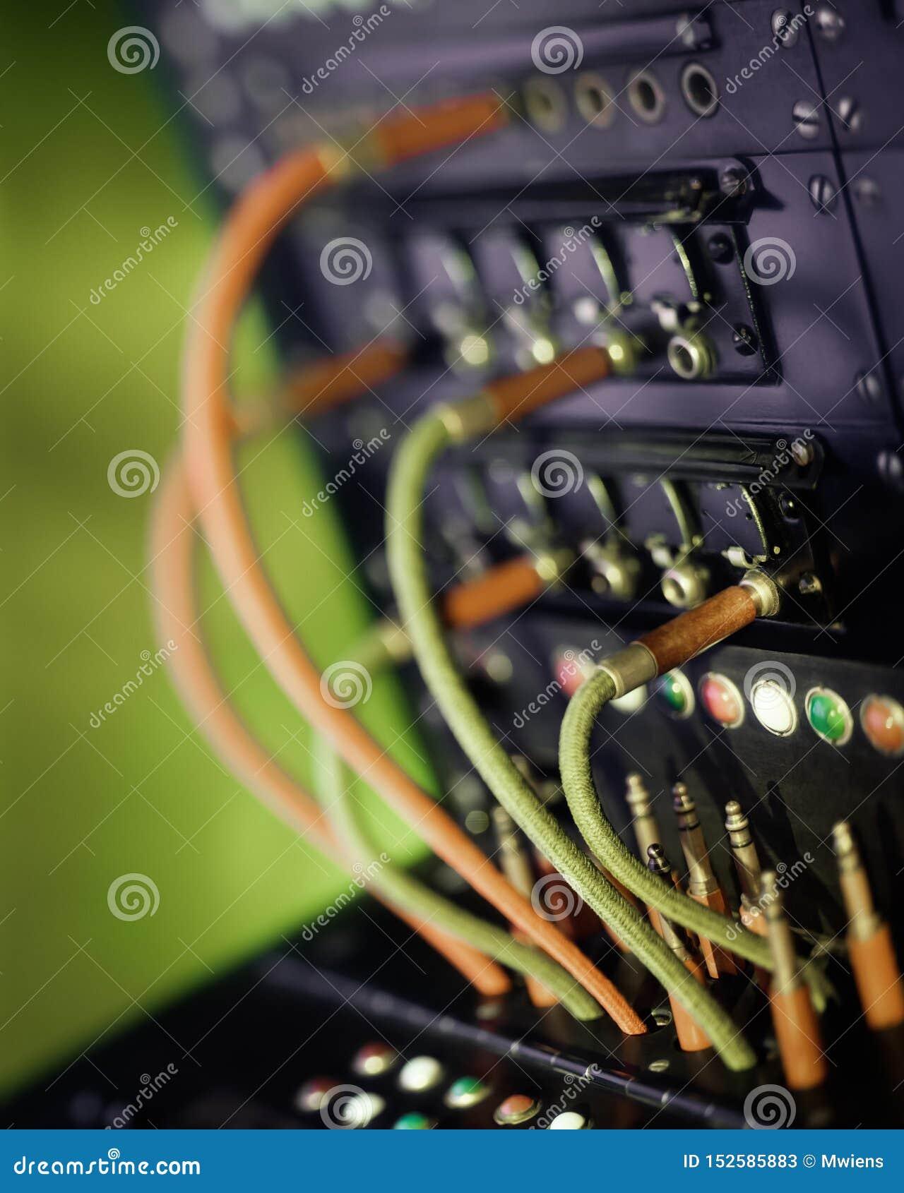 葡萄酒有缆绳和插座的电话交换机 r