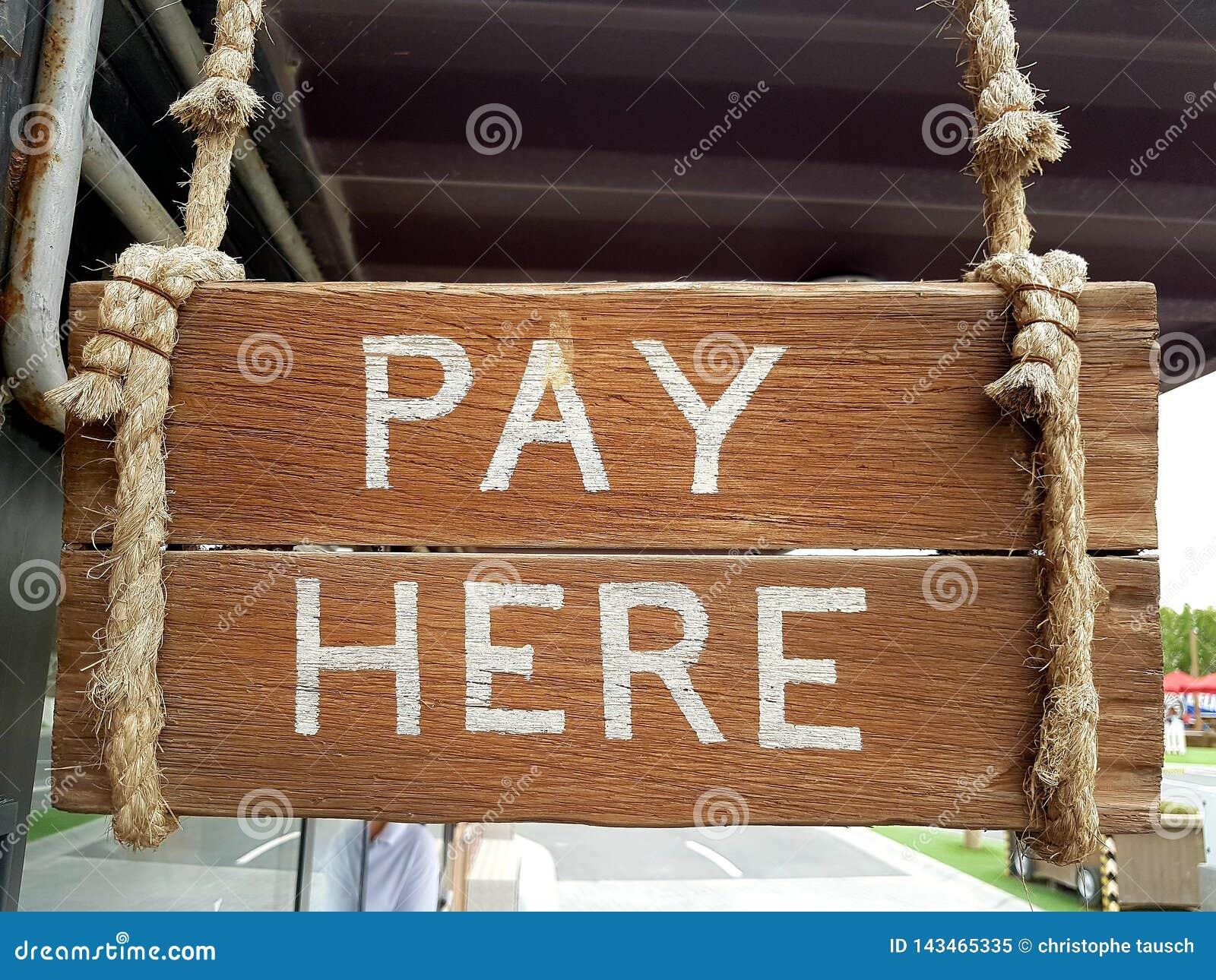 葡萄酒木标志表明出纳员地点 在板条这里写的薪水