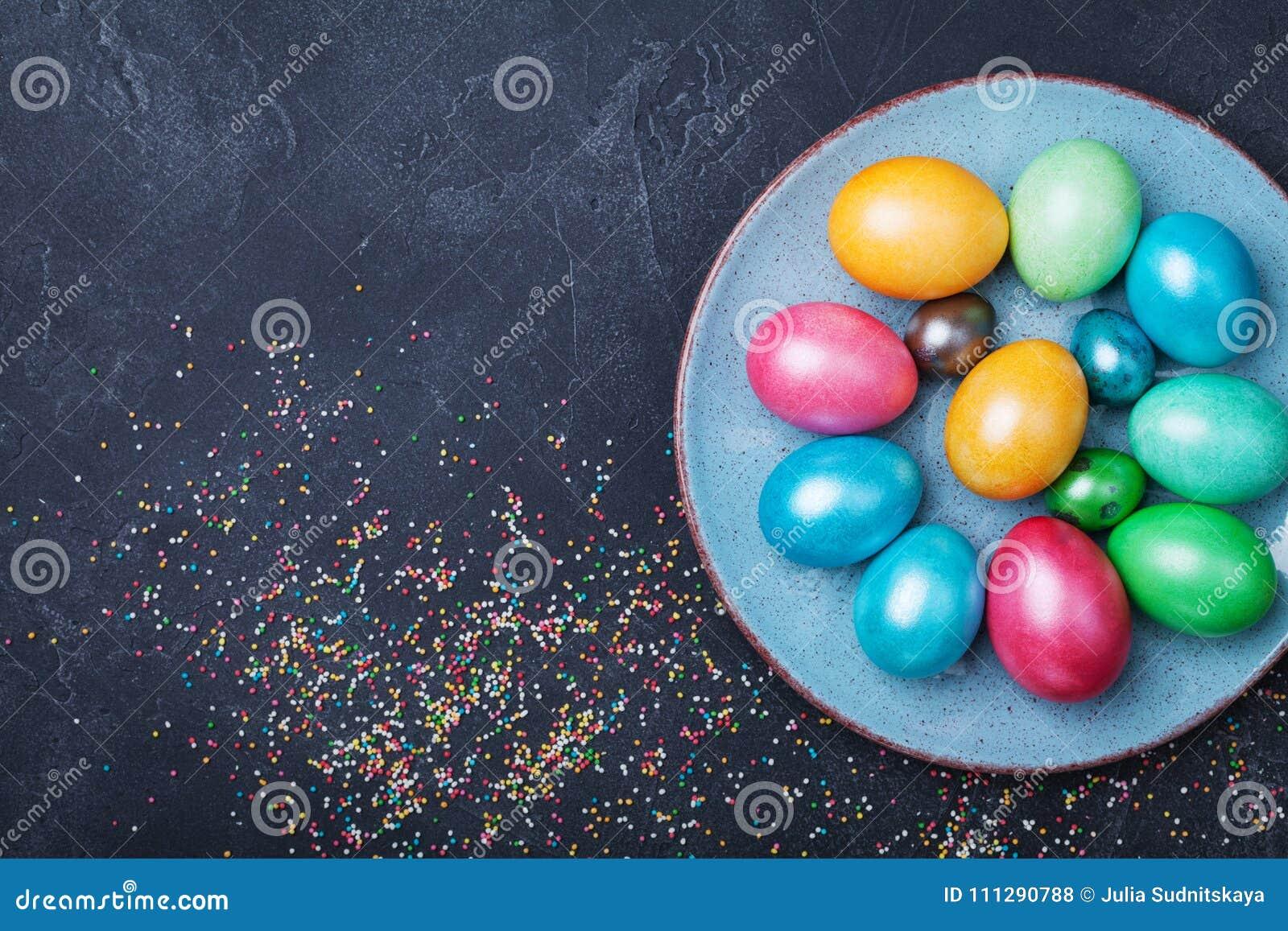葡萄酒板材用在黑台式视图的五颜六色的鸡蛋 背景上色了复活节彩蛋eps8格式红色郁金香向量