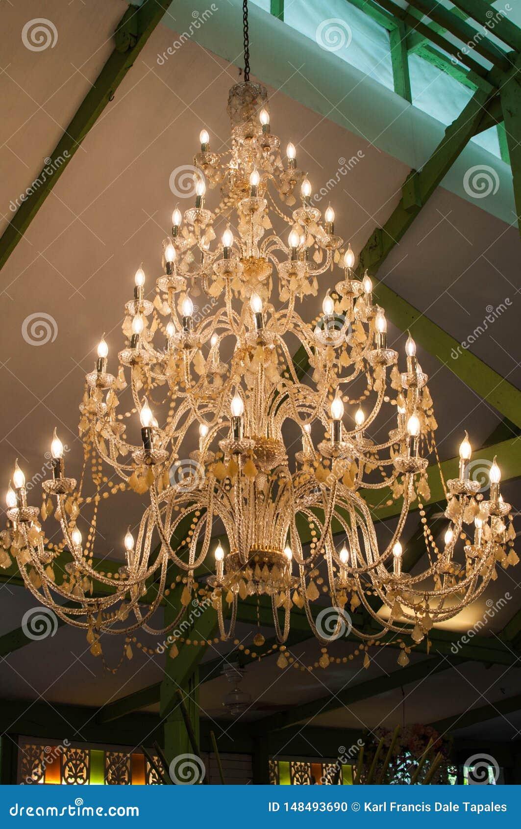 葡萄酒枝形吊灯低角度视图在天花板的