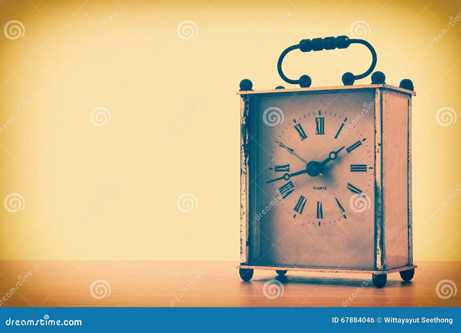 葡萄酒正方形台式时钟的减速火箭的被称呼的图象