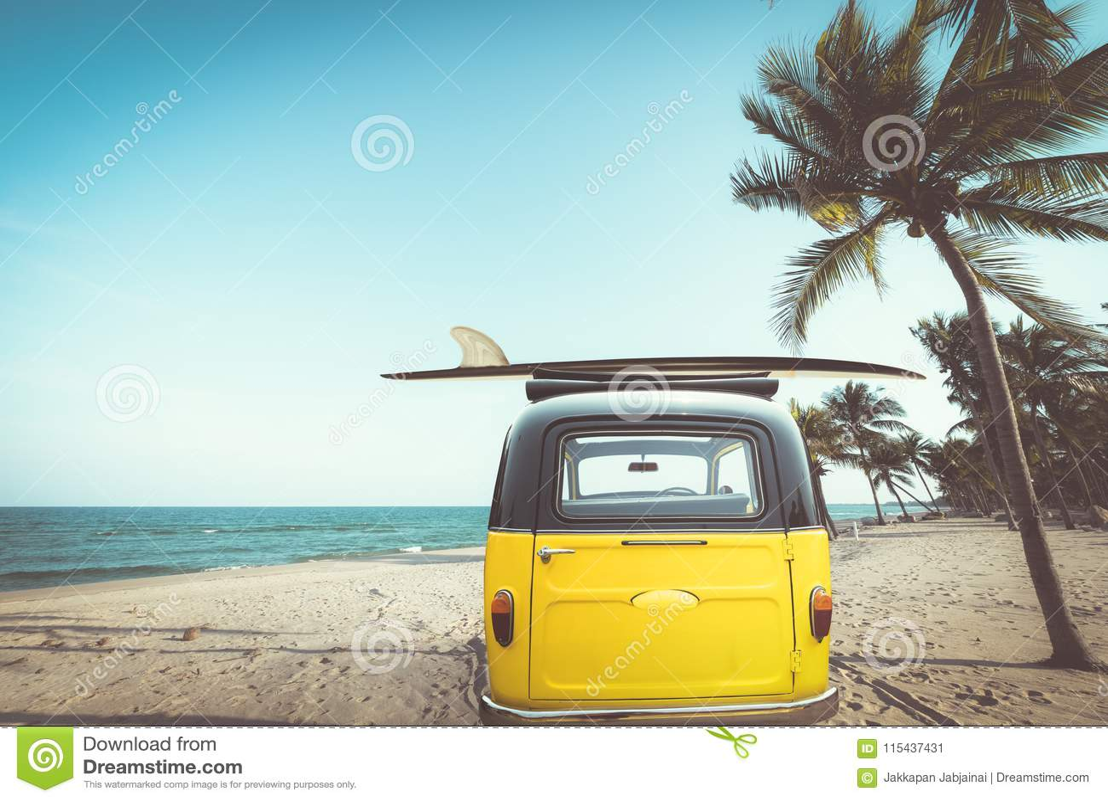 葡萄酒汽车后方在与一个冲浪板的热带海滩海边停放了在屋顶