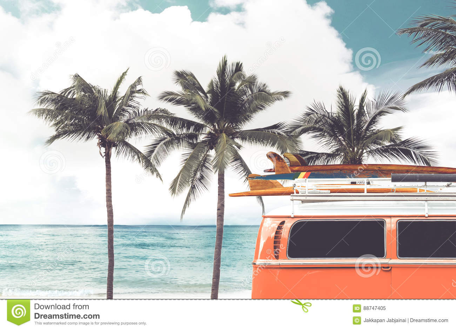 葡萄酒汽车在与一个冲浪板的热带海滩海边停放了在屋顶